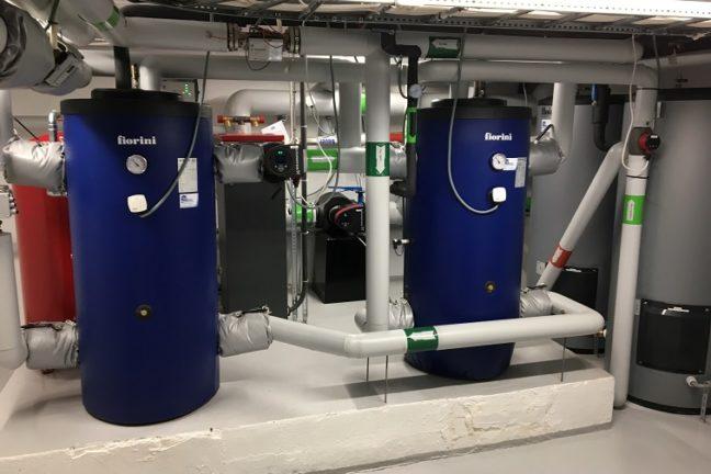 Service på tekniske installasjoner er viktig for å sikre god funksjonalitet, økonomi og lang levetid. Foto av fyrrom i borettslag.